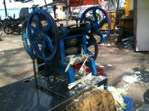 Sugar cane squeezing machine