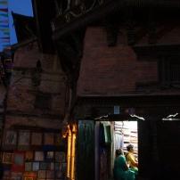 Am oberen Fenster sind menschliche Knochen zur Abwehr gegen dunkle Magie verarbeitet